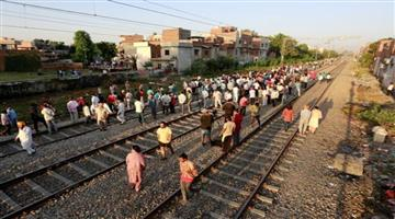 Khabar Odisha:Over-5000-people-standing-on-tracks-organiser-told