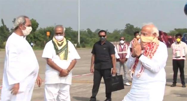 Khabar Odisha:PM-Modi-received-at-Bhubaneswar-airport-by-Governor-Ganeshi-Lal-CM-Naveen