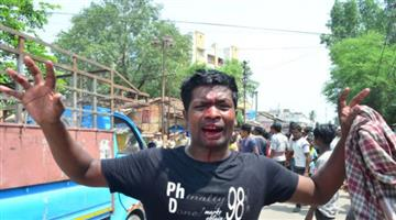Khabar Odisha:Police-public-fighting-for-water