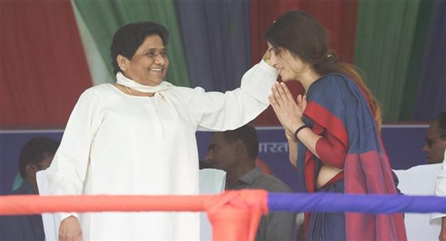 Khabar Odisha:Politicis-UP-Dimple-Yadav-takes-blessings-of-BSP-chief-Mayawati-at-a-mahagathbandhan-rally-in-Kannauj