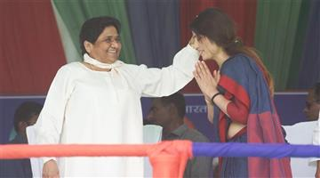 Khabar Odisha:Politicis-UP-Dimple-Yadav-takes-blessings-of-BSP-chief-Mayawati-at-a-mahagathbandhan-rally-in-Kannauj