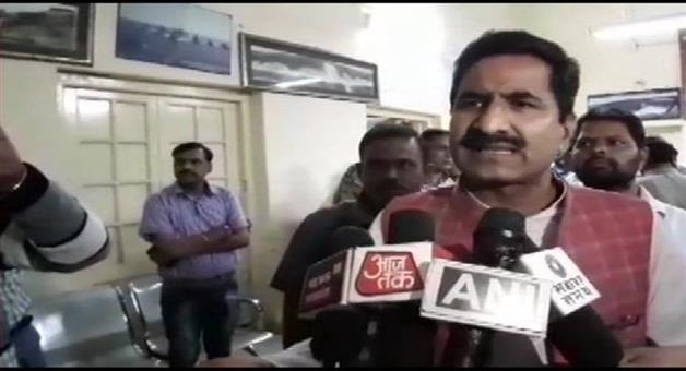 Khabar Odisha:Politics-BJP-MLA-Birendra-Raghuvanshi-in-pic-has-alleged-that-MP-Minister-Pradhuman-Singh-Tomar-threatened