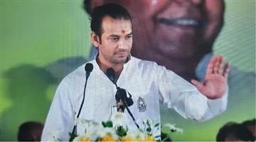 Khabar Odisha:Politics-Tej-Pratap-Yadav-sits-on-dharna-infront-of-his-house-washed-his-father-Lalu-Prasad-Yadav