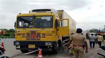 Khabar Odisha:Rogue-hijacked-truck-by-tying-the-driver-to-the-rope-blew-up-150-million-phones