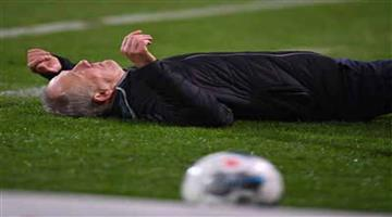 Khabar Odisha:Sports-Freiburg-manager-Christian-Streich-on-ground-after-knocked-shoulder-of-Eintracht-Frankfurt-David-Abraham