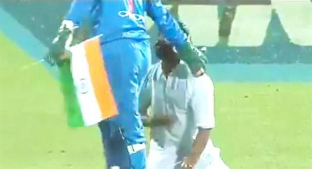 Khabar Odisha:Sports-cricket-Fan-breaches-security-authorities-and-touched-Dhoni-s-feet