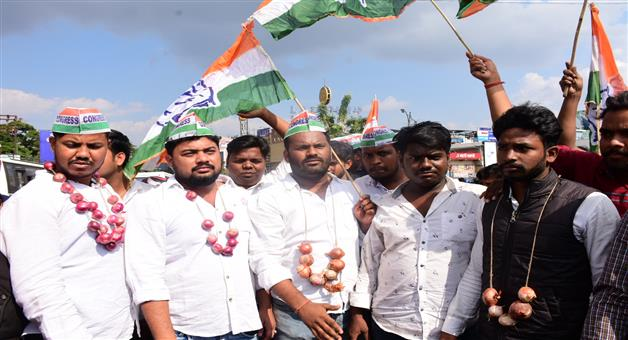 Khabar Odisha:State-Odisha-Congress-Students-wing-activists-allegedly-hurl-onions-at-the-residence-of-Food-Supplies--Consumer-Welfare-Minister
