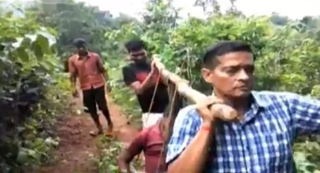Khabar Odisha:State-Odisha-Doctor-and-ambulance-driver-carried-patient-for-5km-in-malkangiri