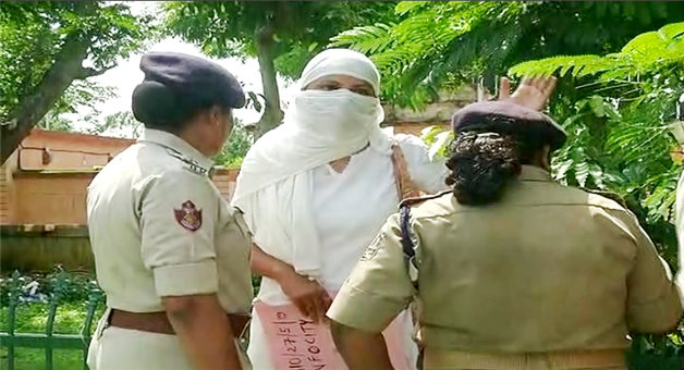 Khabar Odisha:State-Odisha-Woman-protest-against-fake-assurance-about-marriage-and-job-infront-of-Odisha-assembly