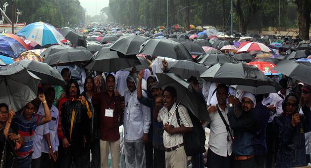 Khabar Odisha:TeacherAgitation-Protesting-teachers-soften-stance-to-return-to-schools