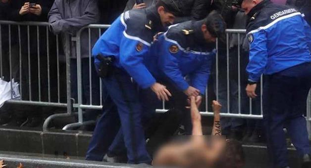 Khabar Odisha:Topless-protestor-breaches-security-barriers-in-Paris