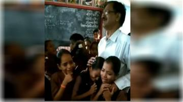 Khabar Odisha:Villagers-Get-Emotional-To-Say-Goodbye-to-Their-Favorite-Teacher