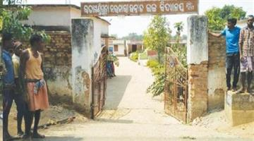 Khabar Odisha:Villagers-repairing-school-boundary