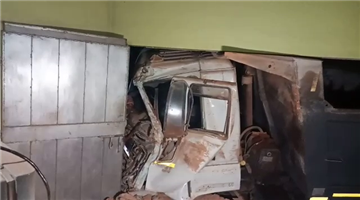 Khabar Odisha:accident-cuttack-truck-enters-in-a-house-driver-and-helper-injured