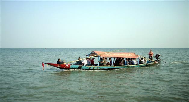 Khabar Odisha:boat-trapped-in-chilika