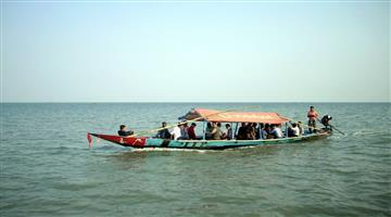 Khabar Odisha:boat-trapped-in-chilika