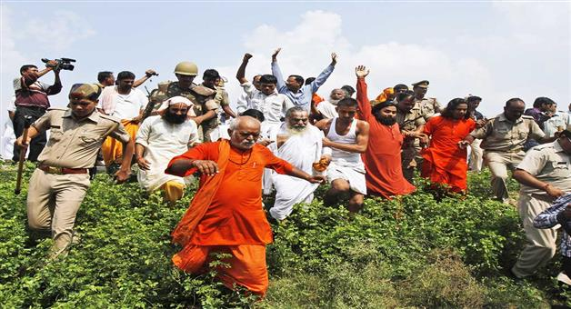 Khabar Odisha:clash-between-togadia-supporters-and-police-in-ayodhya