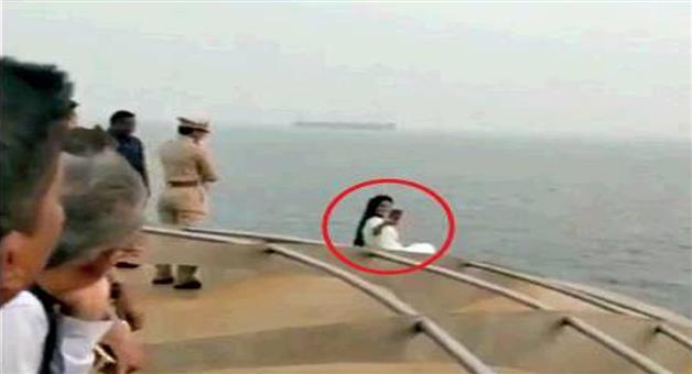 Khabar Odisha:devendra-fadnavis-wife-amruta-apologise-for-taking-selfie-on-ship