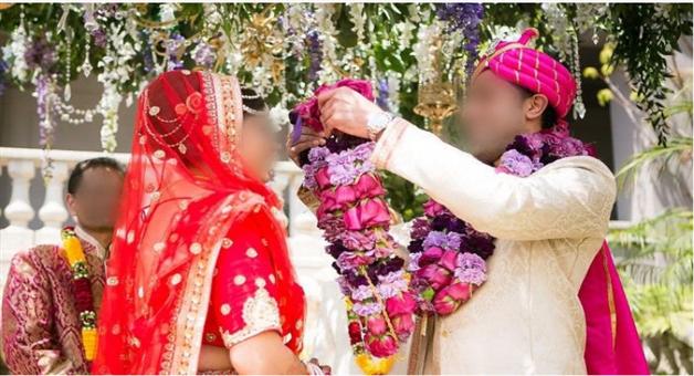 Khabar Odisha:dulhane-dances-in-the-neck-of-the-groom-in-the-neck-of-the-groom-baramati-is-angry