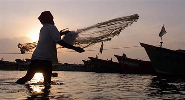 Khabar Odisha:3-fishing-boats-and-15-fishermen-abducted-by-pakistan-marines-in-porbandar-by-gujarat