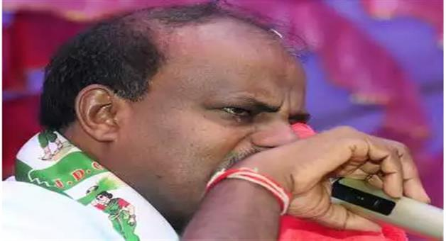Khabar Odisha:im-unhappy-swallowing-poison-of-coalition-govt-says-teary-eyed-kumaraswamy