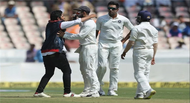 Khabar Odisha:indvwi-another-pitch-invasion-as-fan-breaches-security-to-click-selfie-with-virat-kohli