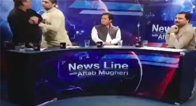 Khabar Odisha:international-pakistan-tv-show-journalist-beaten-by-pti-leader-in-tv-shows