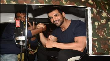 Khabar Odisha:john-abraham-reached-by-auto-on-satyamev-jayate-screening