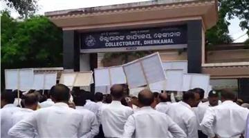 Khabar Odisha:lawyers-gherao-collectorate-office-of-Dhenkanal