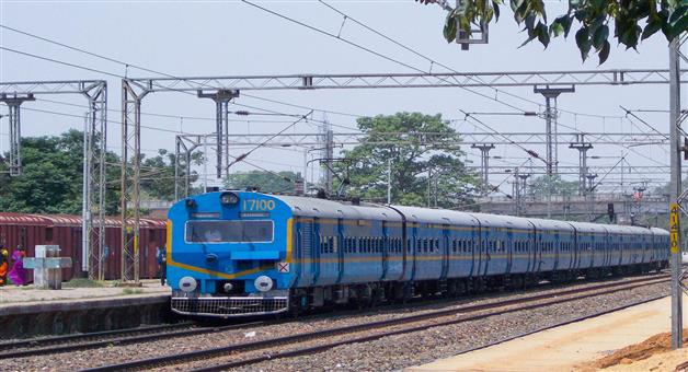 Khabar Odisha:memu-train-escaped-from-an-accident