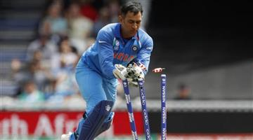 Khabar Odisha:ms-dhoni-retirement-he-took-the-ball-to-show-it-to-bowling-coach-bharat-arun-says-ravi-shastri
