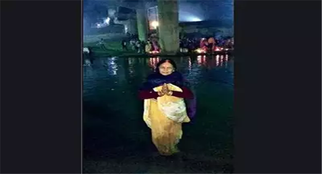 Khabar Odisha:national-odisha-55-yr-old-woman-prays-15-hours-in-river-on-chhath-in-jharkhand