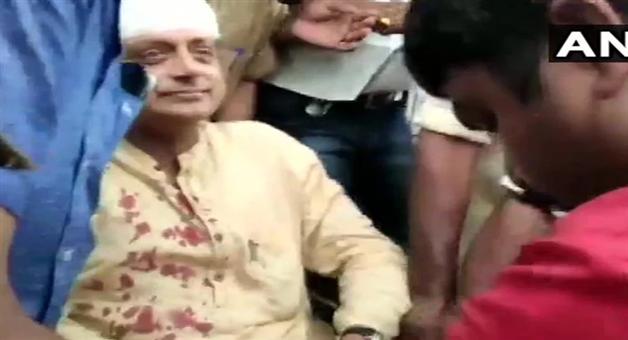 Khabar Odisha:national-odisha-lok-sabha-election-2019-shashi-tharoor-has-been-injured-while-offering-prayers-at-a-temple
