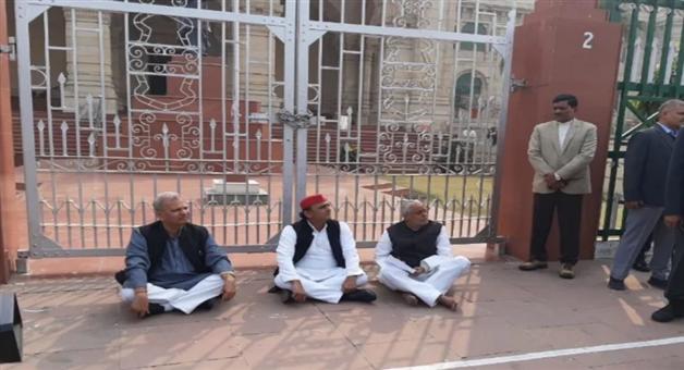 Khabar Odisha:national-odisha-unnao-case-akhilesh-yadav-sat-on-protest-at-assembly-gate