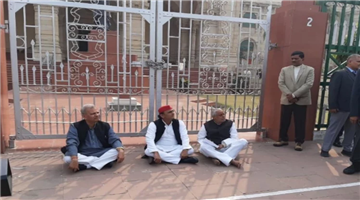 Khabar Odisha:national-odisha-unnao-case-akhilesh-yadav-sat-on-protest-at-assembly-gate