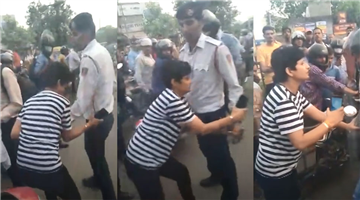 Khabar Odisha:national-odisha-video-a-woman-and-a-man-misbehaved-and-manhandled-a-traffic-police-cop-on-being-stopped-for-not-wearing-helmet-in-delhis-mayapuri