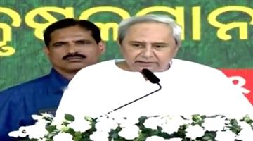 Khabar Odisha:odisha-cm-naveen-patnaik-distributes-money-to-farmer-under-Kalia-shceme