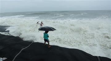Khabar Odisha:ouse-collapses-into-sea-in-Keralas-Kasargod-as-Cyclone-Tauktae-intensifies