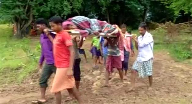 Khabar Odisha:patient-brought-to-hospital-on-shoulder-in-Chhadadihi-village-in-keonjhar