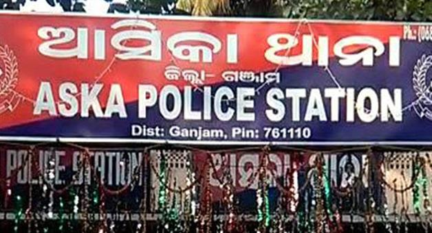 Khabar Odisha:police-rescues-contractor-at-asika
