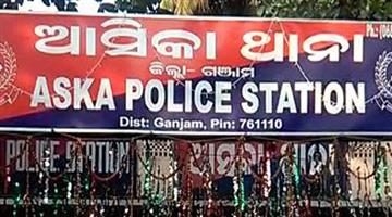 Khabar Odisha:police-rescues-contractor-at-asika