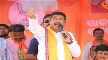Khabar Odisha:politics-odisha-cabinet-minister-dharmendra-Pradhan-targest-cm-naveen-Patnaik