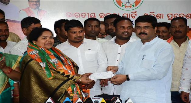 Khabar Odisha:politics-odisha-hundred-of-bjd-worker-along-with-krushnaprasad-block-chairman-join-bjp-today