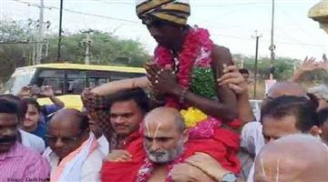 Khabar Odisha:pujari-reached-the-temple-by-lifting-dalit-on-the-shoulder-