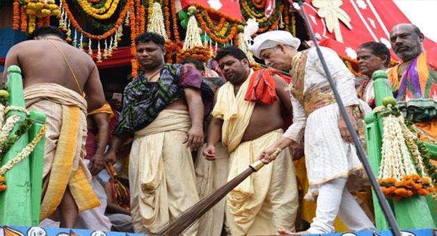 Khabar Odisha:rath-Yatra-gajapati-maharaja-swipes-the-chariots
