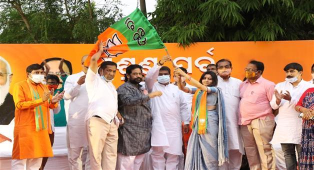 Khabar Odisha:smrutirekha-pahi-join-BJP-in-the-present-of-central-minister-dharmendra-pradhan