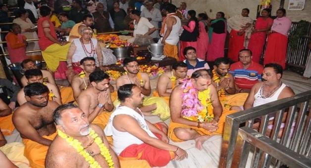 Khabar Odisha:sports--cricket--odisha-ravi-shastri-offers-prayers-at-mahakaleshwar-temple-ahead-of-ind-vs-ban-day-night-test