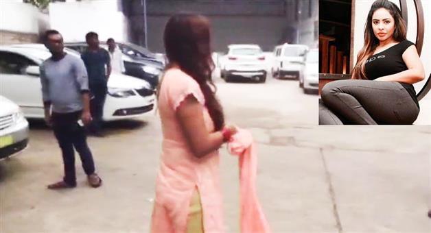 Khabar Odisha:sri-reddy-had-topless-on-the-road-against-casting-couch