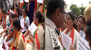 Khabar Odisha:state-odisha-BJP-Mahila-Morcha-stopped-by-police-near-Airport-Road-while-marching-towards-Naveen-Niwas