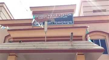 Khabar Odisha:state-odisha-girl-eaking-mediicine-to-get-justice-in-kuchinda-police-station